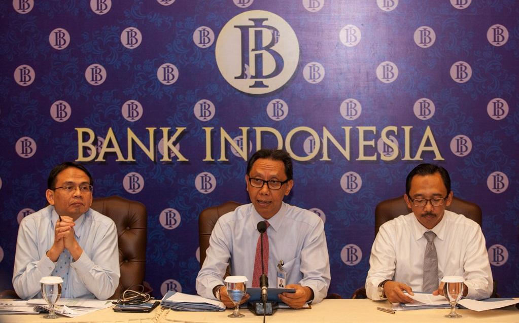 """Direktur Eksekutif Departemen Komunikasi Bank Indonesia (BI), Tirta Segara (tengah) memberikan keterangan pers didampingi Direktur Eksekutif Kebijakan Ekonomi dan Moneter, Juda Agung (kanan) dan Direktur Departemen Kebijakan Makroprudensial, Agusman (kiri) terkait suku bunga acuan (BI Rate) di Jakarta, Kamis (15/1). BI melalui Rapat Dewan Gubernur (RDG) mempertahankan tingkat suku bunga acuan sebesar 7,75 persen dengan suku bunga """"Lending Facility"""" 8 persen serta """"Deposit Facility"""" sebesar 5,75 persen. ANTARA FOTO/Sigid Kurniawan/ed/ama/15"""